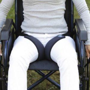 Indicate per evitare lo scivolamento in avanti del bacino dei pazienti seduti su carrozzina o sedia comoda, mantiene le gambe divaricate.